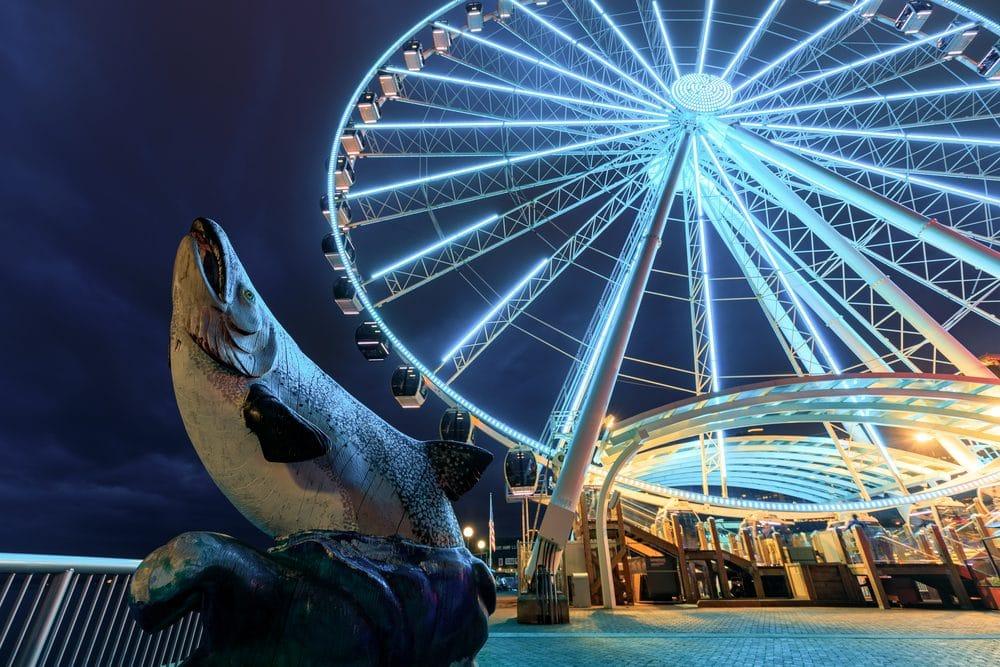 Seattle Great Wheel on Miners Landing at night.